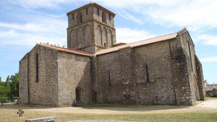 Vue extérieure de l'église du Vieux Pouzauges