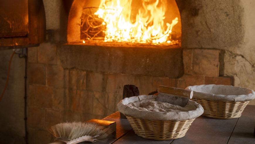 Cuisson du pain au feu de bois